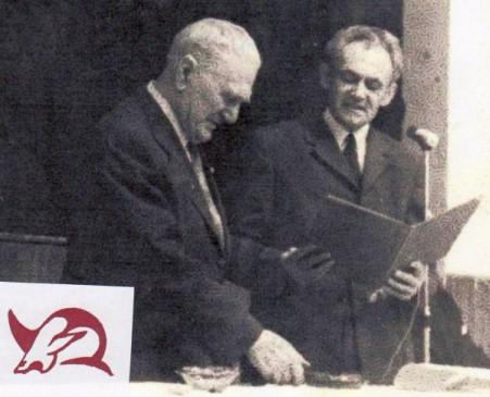 Albert Jonáš přebírá čestné občanství Toušeně (1973) - doplněno jeho uměleckým signem - Žralokem