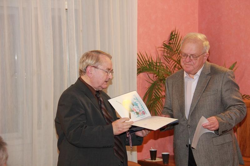 Mgr. Maleček předává ocenění Ing. Ivanu Leišovi
